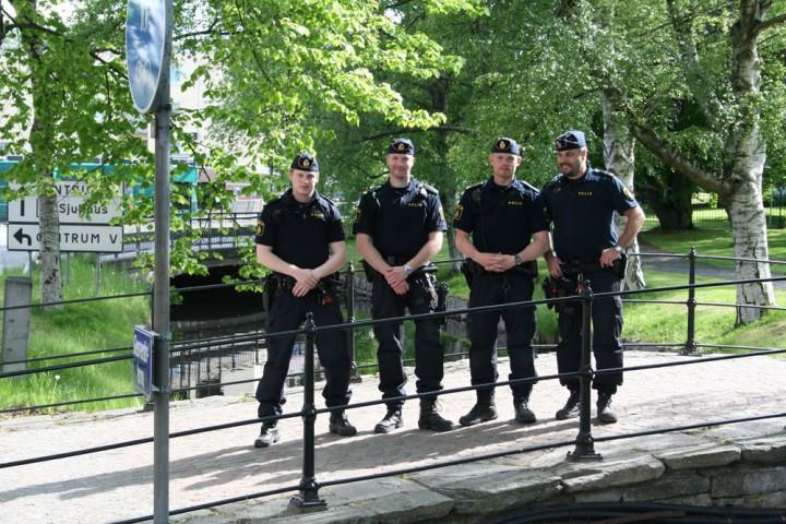 Fyra poliser som börjat studerat polisförberedande kurs.