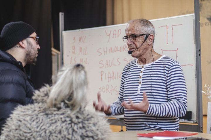 Gil Zukovsky i samtal med ett par studerande.